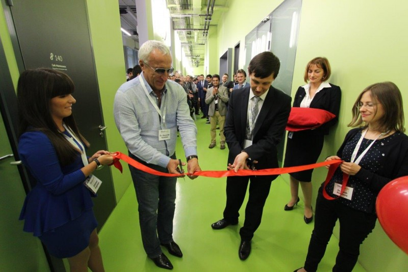 Skoltech President Alexander Kuleshov and Professor Albert Nasibulin cutting the ribbon.
