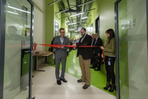 Prof. Bialek and Prof. Alexander Ustinov, Associate Director of the Skoltech Center for Energy Systems, cut the ribbon of the new Smart Grids Lab.