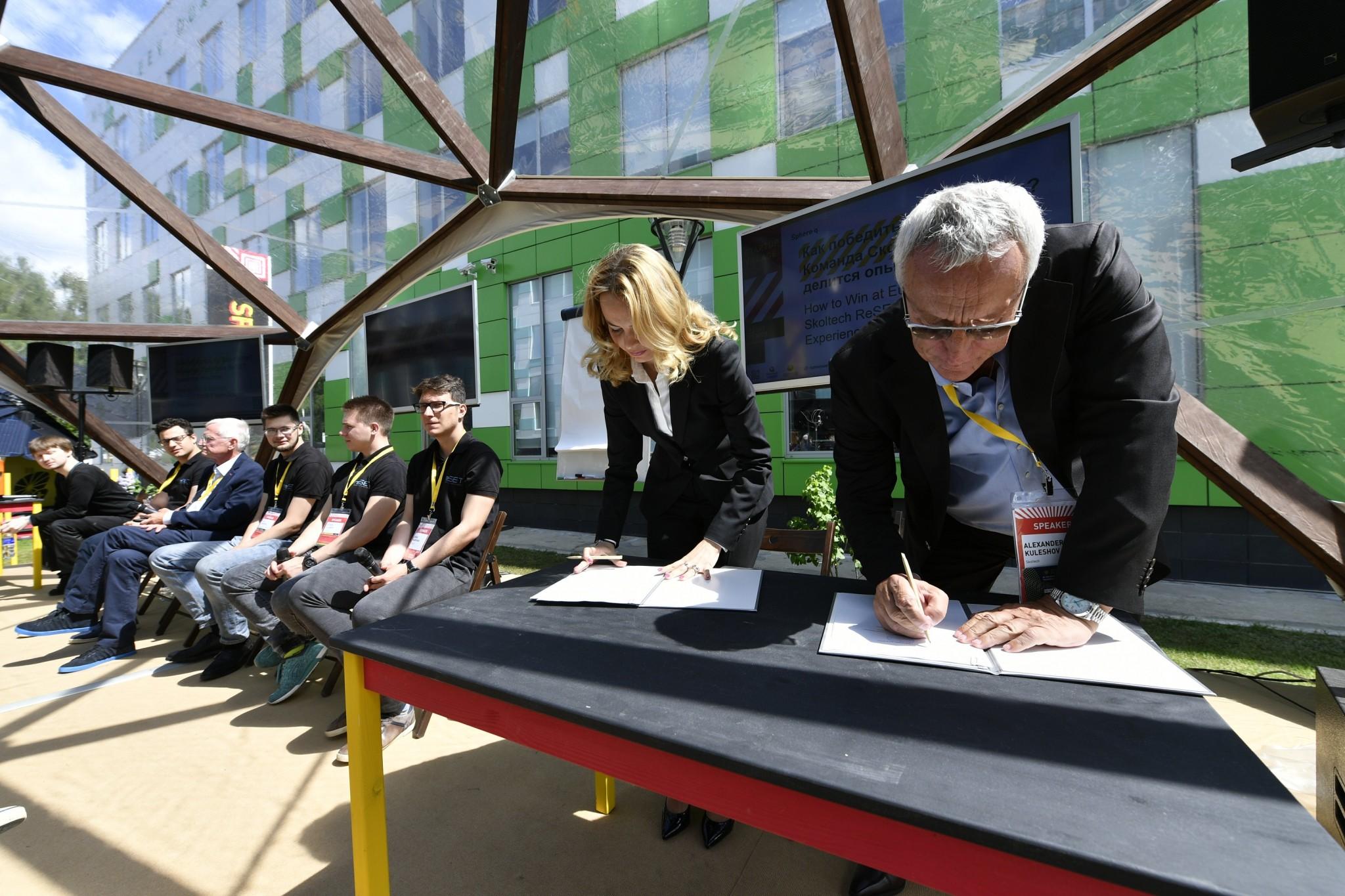Skoltech President Kuleshov and Android Technics Deputy General Director Djamilia Chaikina sign a memorandum of understanding during a panel at the Skolkovo Startup Village.