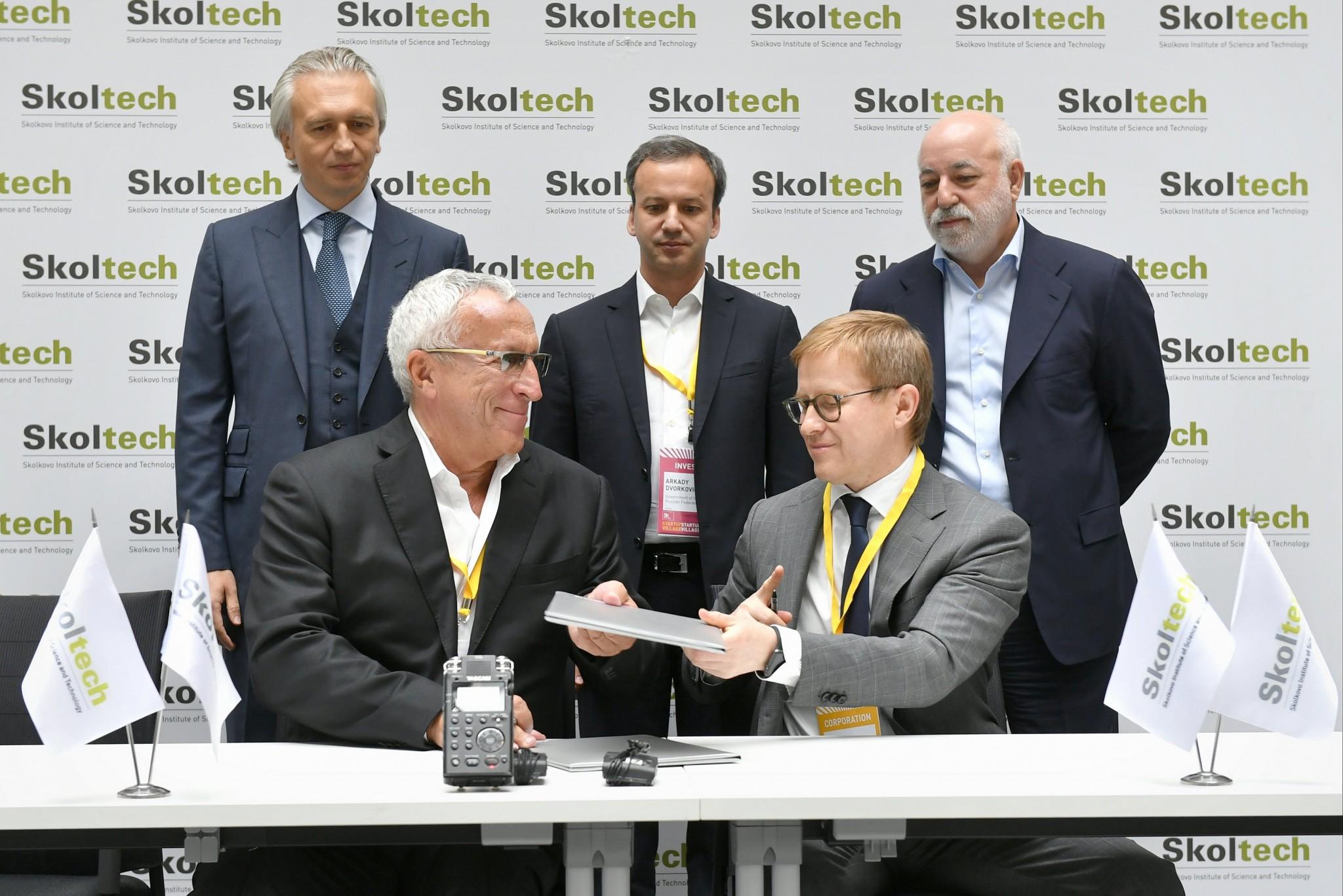 Skoltech President Alexander Kuleshov (bottom left) and Gazprom Neft First Deputy CEO Vadim Yakovlev (bottom right) sign a cooperation agreement as Gazprom Neft CEO Alexander Dyukov, Russian Deputy Prime Minister Arkady Dvorkovich and Skolkovo Foundation President Victor Vekselberg (top left to right) look on.