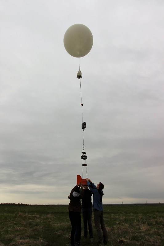A team of Skoltech students prepare to release a stratospheric balloon. Photo: Skoltech.