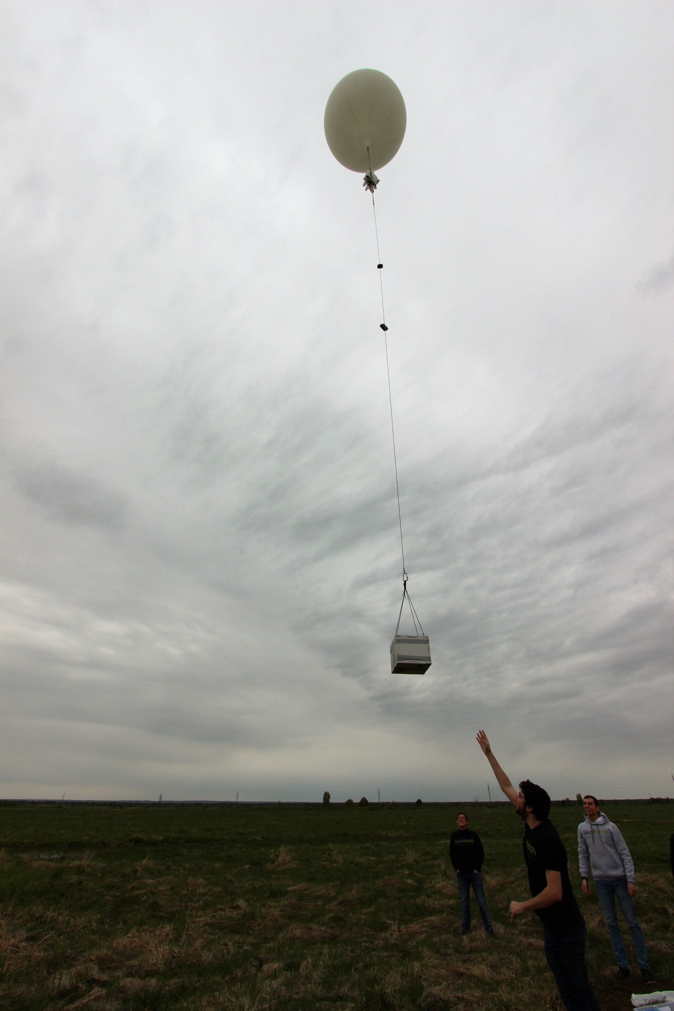 Raffaele Gradini releases his team's balloon. Photo: Skoltech.