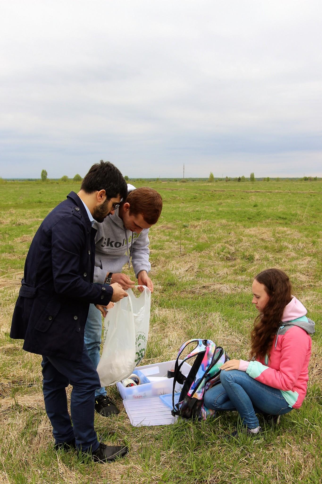 Nicola Garzaniti, Shamil Biktimirov and Olga Danko search for parts. Photo: Skoltech.
