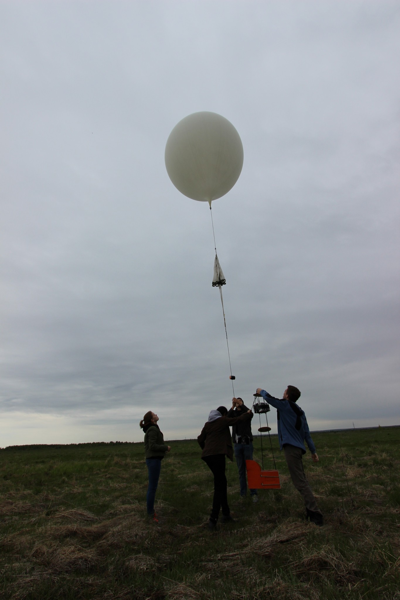 Ksenia Smirnova, Shreya Santra, Miguel Cabrera and Ilya Yuskevich release their balloon. Photo: Skoltech.