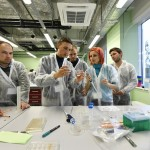 Students discuss their work in one of Skoltech's labs. Photo: Skoltech.