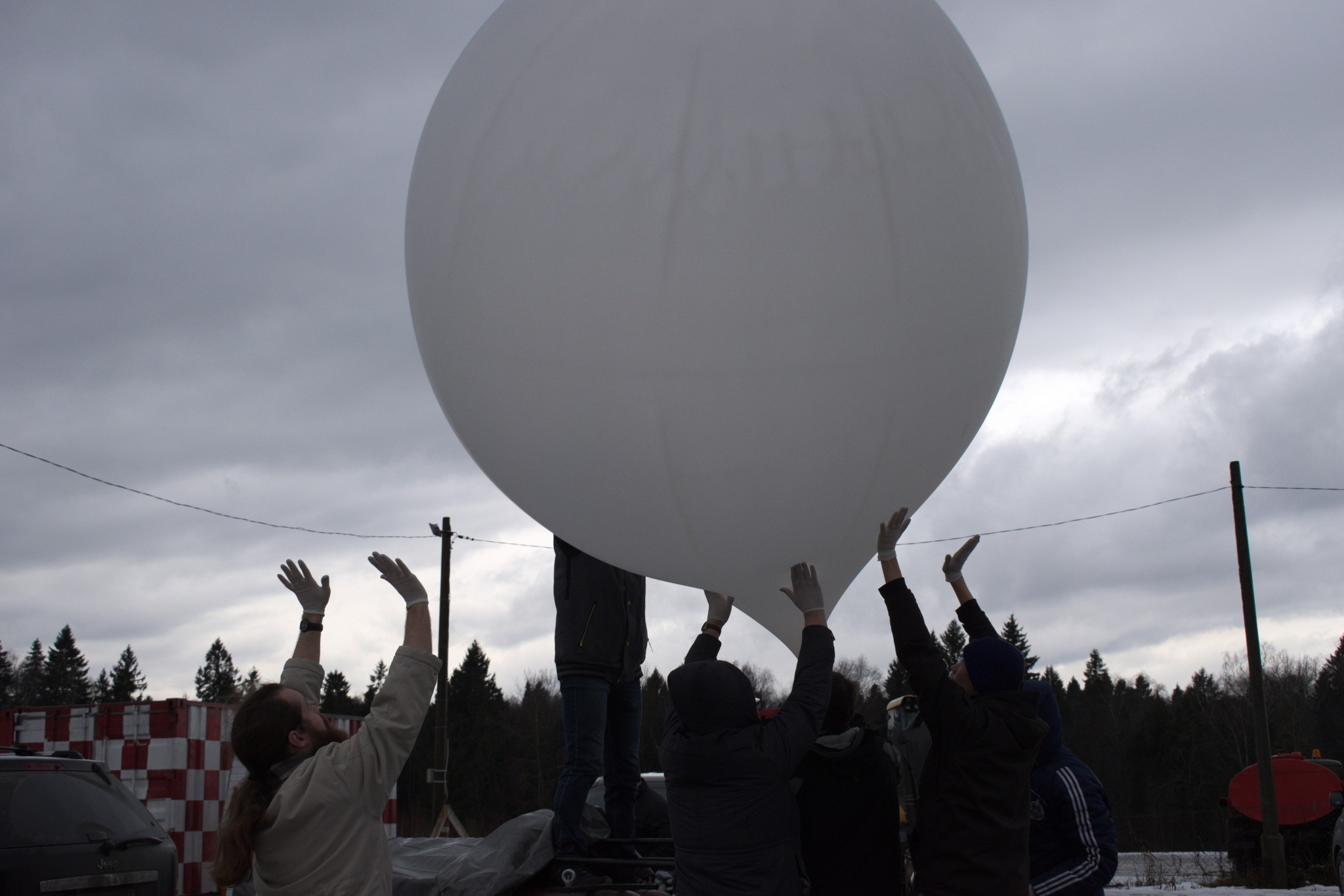Students and teaching assistants combine efforts to guide the trajectory of a stratospheric balloon. Photo: Skoltech.