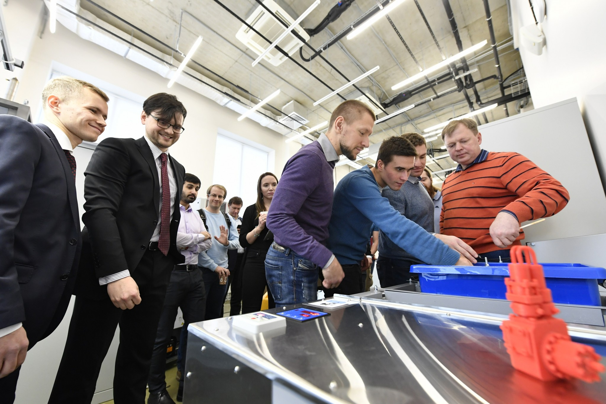 Guests examine the innovative refrigeration system. Photo: Skoltech.