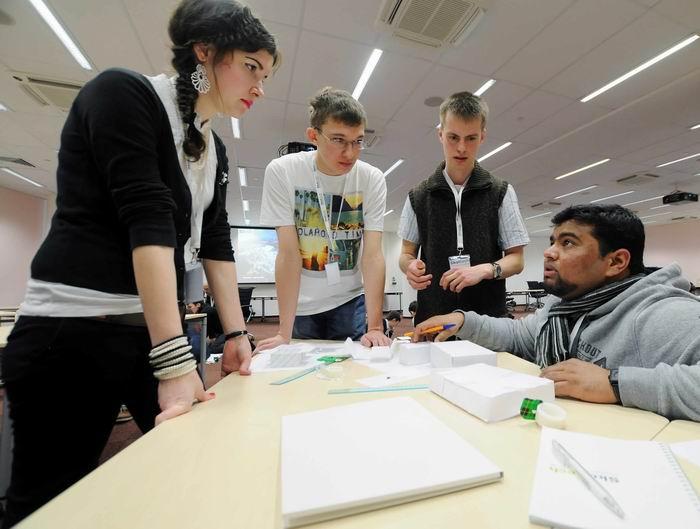 Отборочный уикенд. Мохаммад Амираль Ислам (справа) обсуждает задачу с другими поступающими