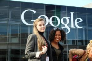 Найдено Гуглом: Анна Дубовик (слева) с американскими студентами перед зданием Гуглплекса