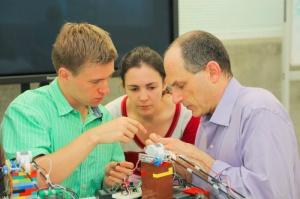 Проф. Джейкоб Уайт  (Jacob White) из MIT с первокурсниками разбираются в прототипе из Lego