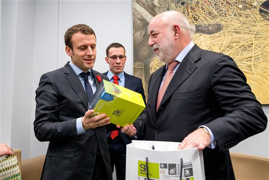 """""""Made in Skolkovo"""" написано на подарке, который Президент Фонда Виктор Вексельберг вручил министру экономики Франции. Фото Sk.ru"""