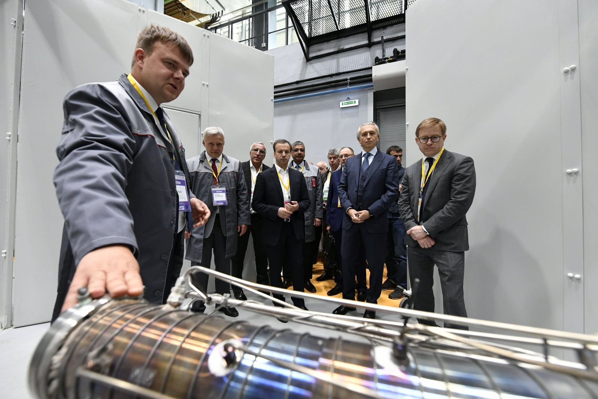 The leaders of Skolkovo, Skoltech and Gazprom Neft join Deputy Prime Minister Dvorkovich for a tour of the new hydrocarbon recovery lab.