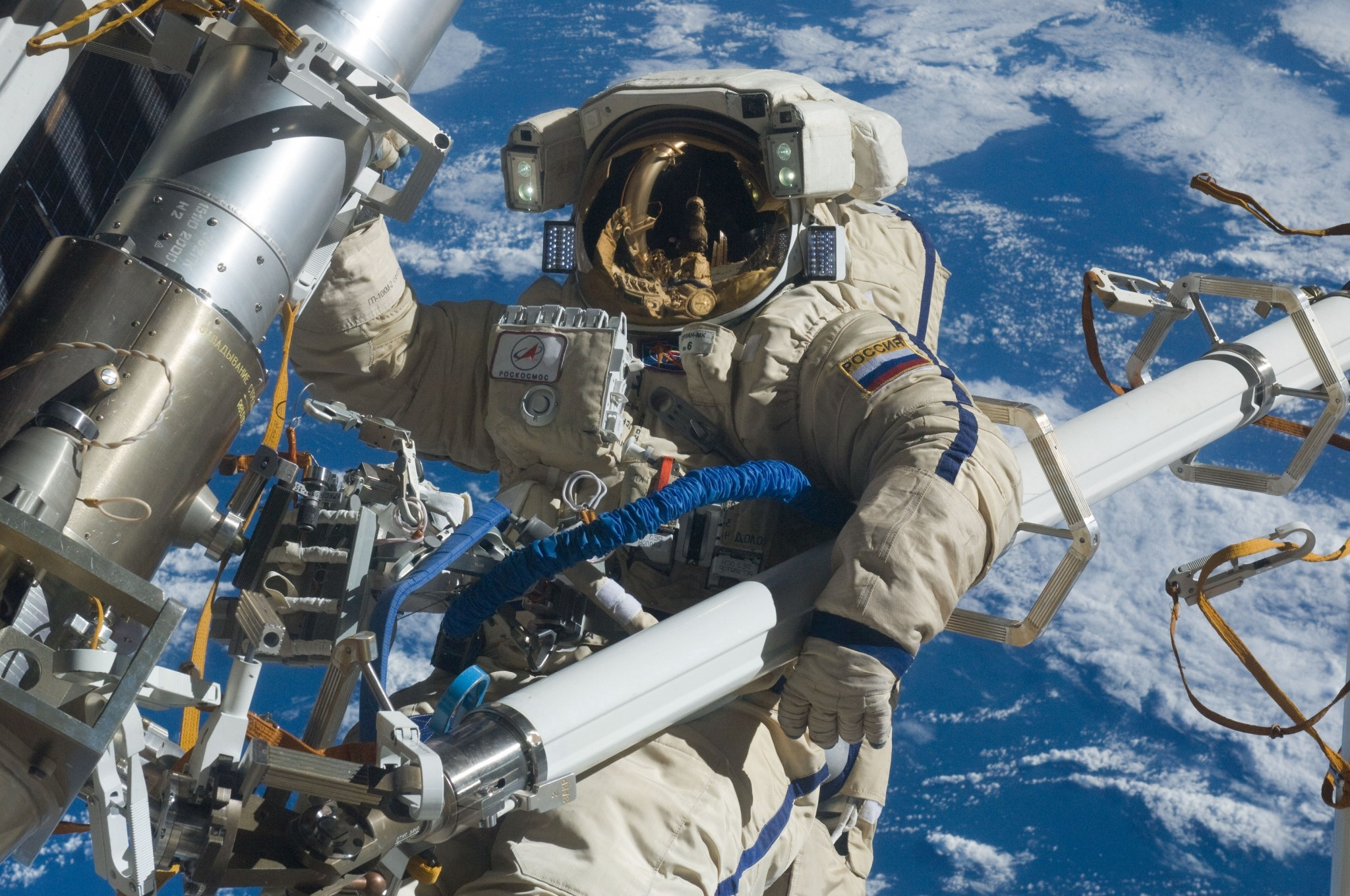 Russian cosmonaut Anton Shkaplerov participates in a space walk. Photo: NASA // Wikimedia Commons.
