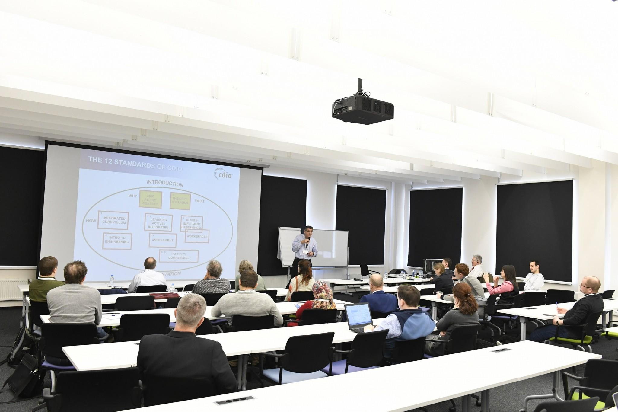 Professor Ron Hugo delivers a presentation on the 12 standards. Photo: Skoltech.