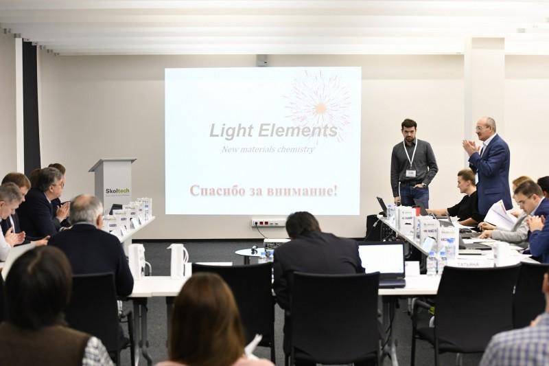 UMNIK grant winner Alexander Kvashnin presents his idea to the jury. Photo: Skoltech.