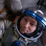 Космонавт Сергей Ревин внутри корабля «Союз 30». Фото: НАСА.