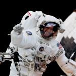 Астронавт Клод Николье выполняет ремонт телескопа «Хаббл» в открытом космосе. Фото: НАСА.