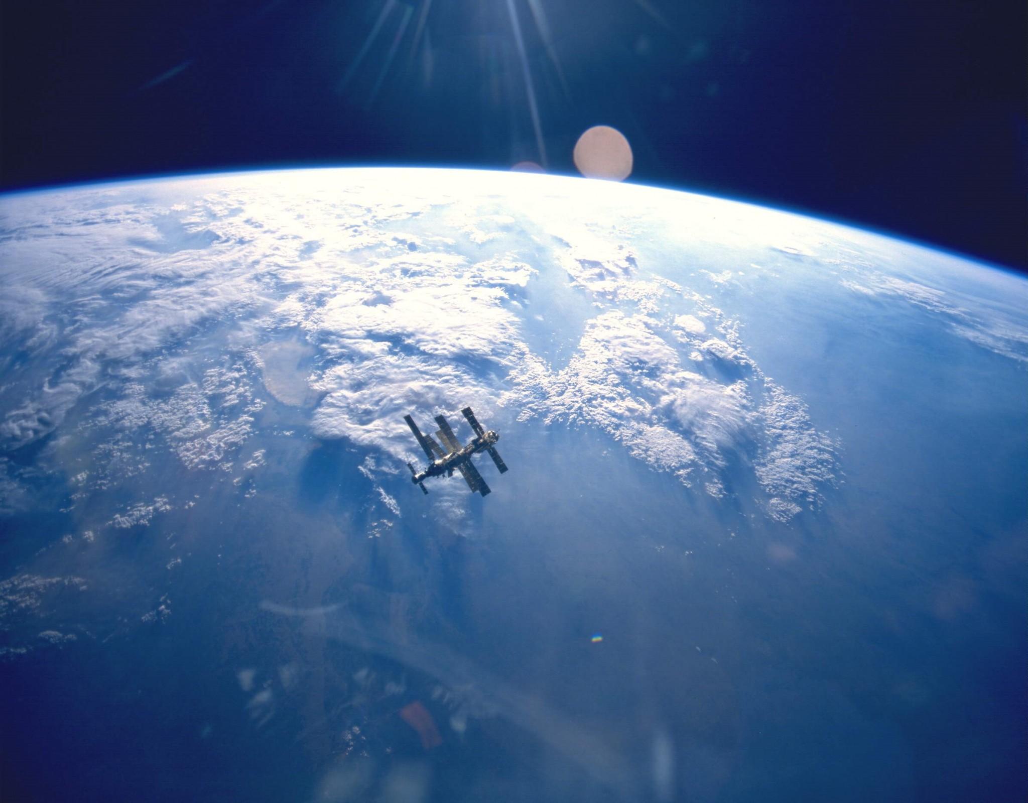 Полученное из космоса изображение Земли и космической станции «Мир». Фото: НАСА.
