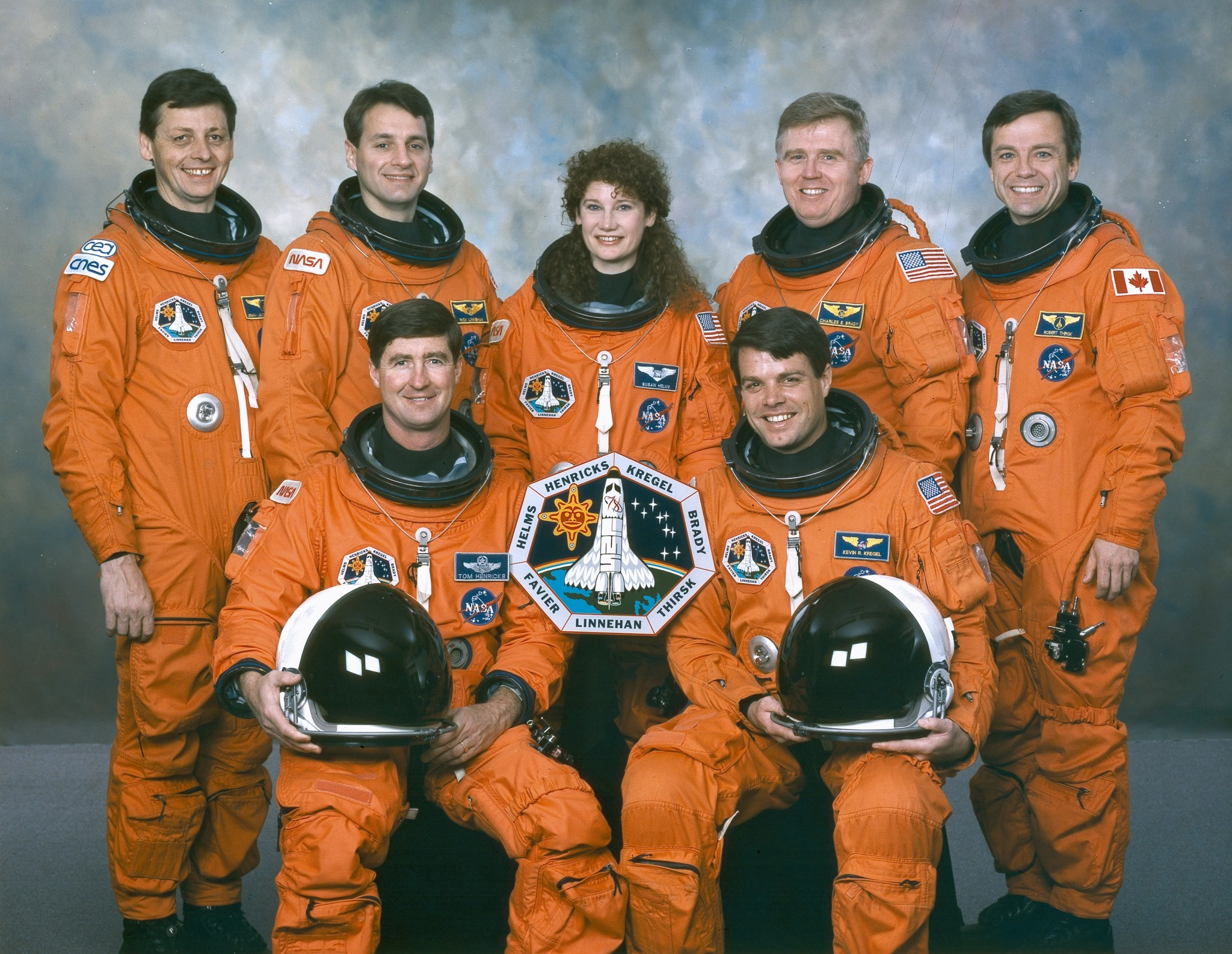Экипаж космического корабля «Колумбия». В первом ряду слева направо: Терренс Хенрикс и Кевин Крегель. Во втором ряду слева направо: Жан-Жак Фавье, Ричард Линнехан, Сьюзан Хелмс, Чарлз Брейди и Роберт Брент Тёрск.