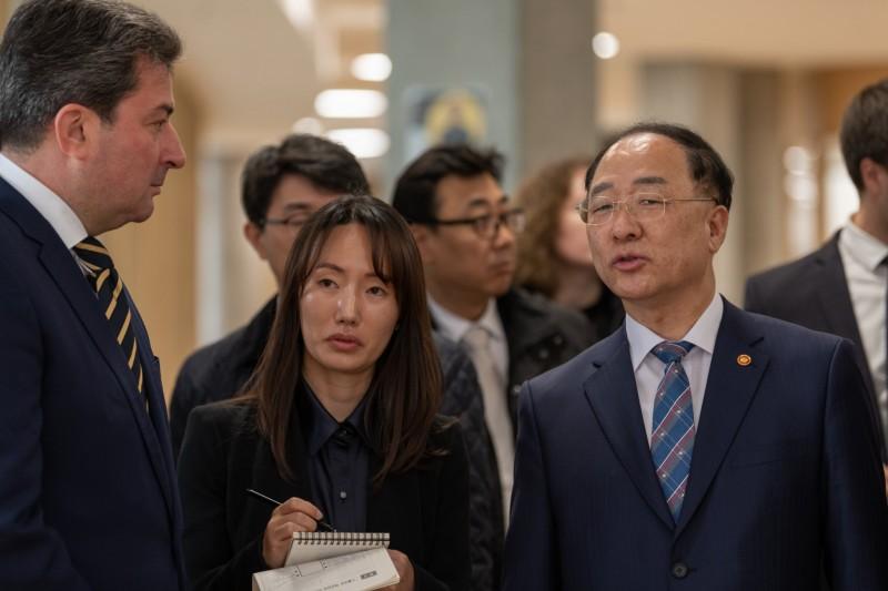 Заместитель премьер-министра Хонг Нам-Ки (Hong Nam-ki, на фото справа) с вице-президентом Skoltech по вопросам коммуникаций Алексеем Ситниковым (на фото слева). Фото Тимура Сабирова.
