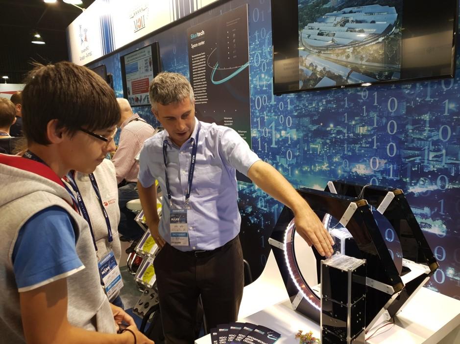 Старший научный сотрудник Центра Дмитрий Притыкин демонстрирует прототипы проекта «Рой»