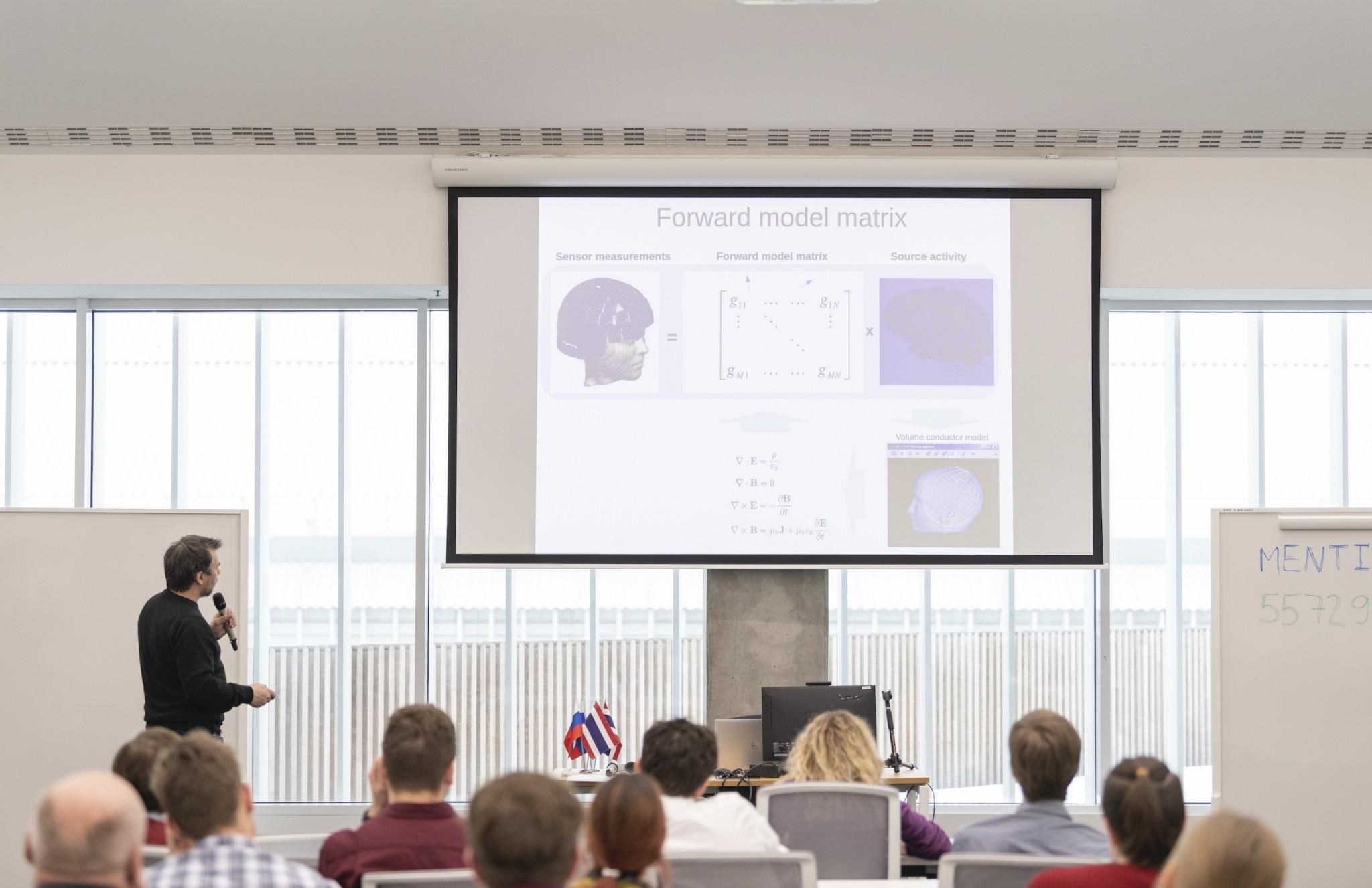 Alexey Ossadtchi gives an open lecture. Photo: Timur Sabirov (Skoltech)