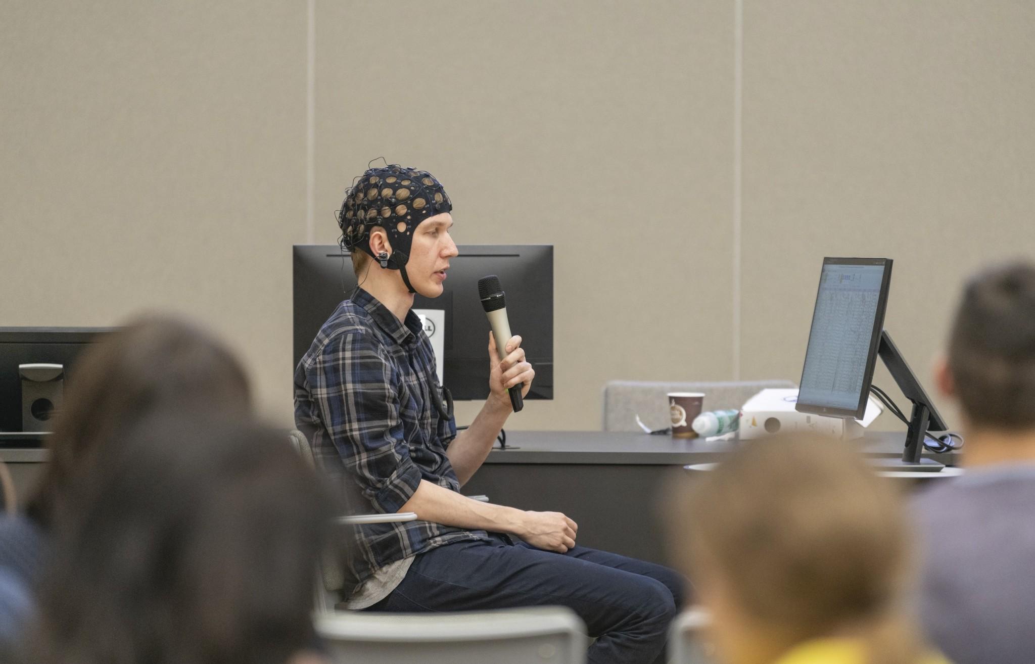 Николай Сметанин демонстрирует работу идеомоторного интерфейса. Фото: Тимур Сабиров / Сколтех