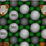 Рисунок 1. Расположение атомов в кристалле высшего борида молибдена (MoB5-x).  Источник: Dmitry V. Rybkovskiy, J. Phys. Chem. Lett.