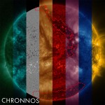 Рисунок: Наблюдение солнечной динамической обсерватории (SDO). На изображении показано сочетание семи различных фильтров крайнего ультрафиолета (цветные срезы) и информации о магнитном поле (срез серой шкалы). Обнаруженные корональные дыры обозначены красными контурными линиями. Темная структура в центре представляет собой солнечную нить, которая имеет похожий вид, но не связана с корональными дырами. Источник: Jarolim et. др., 2021