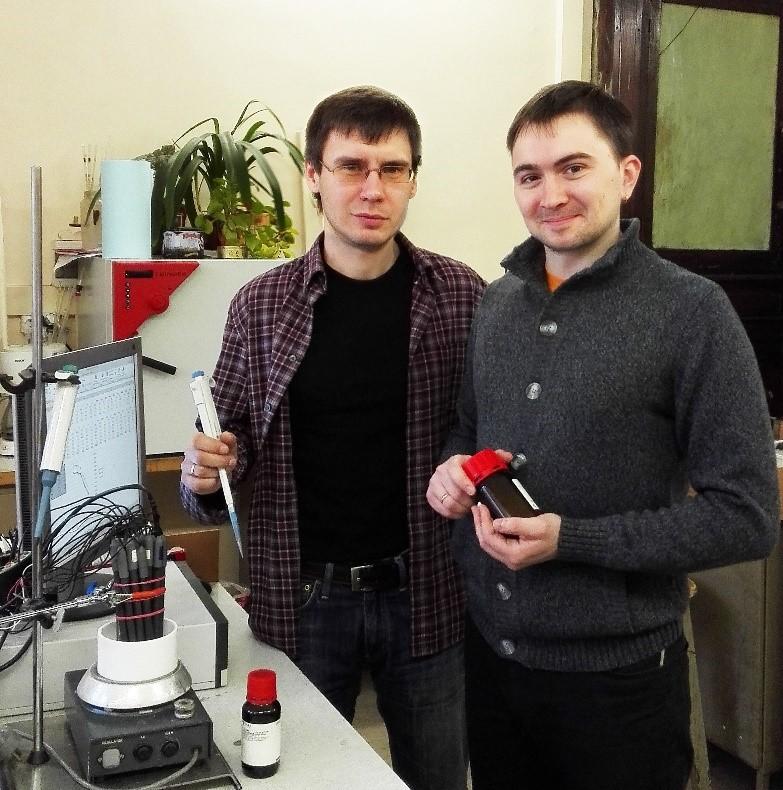 Ведущий инженер, к.х.н. Дмитрий Кирсанов (слева) и ведущий техник Евгений Легин (справа) в лаборатории ИТМО.
