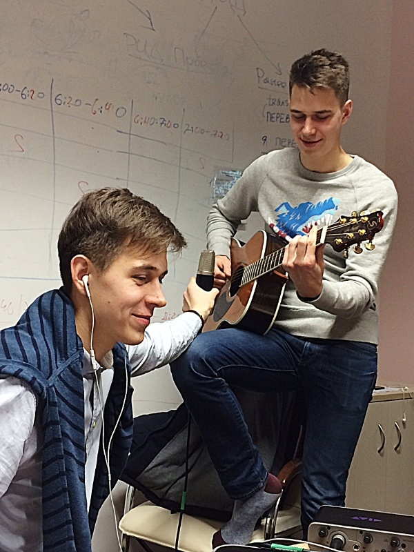 Skoltech students and brothers Bogdan and Artur Uzbekov demonstrate sound recording as part of the Music Production course. Photos courtesy of course instructor Brendan Smith