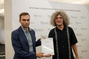 Prof. Konstantin Severinov, Director of Skoltech Center for Data Intensive Biomedicine and Biotechnology gives the diploma to Sergei Ryazansky.